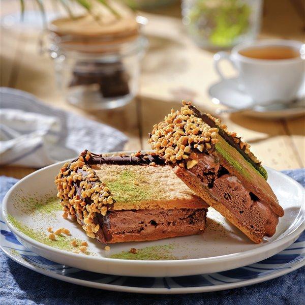 Corte de helado de chocolate y té matcha con galletas de miel
