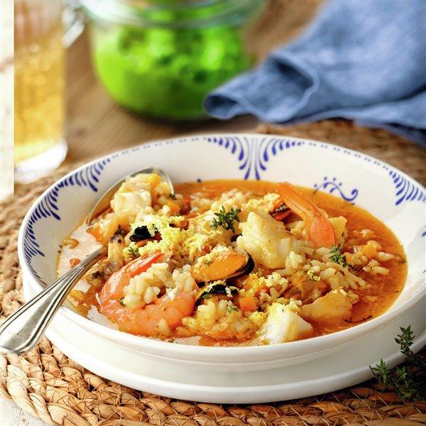 Sopa de pescado con arroz, rape, almejas y mejillones