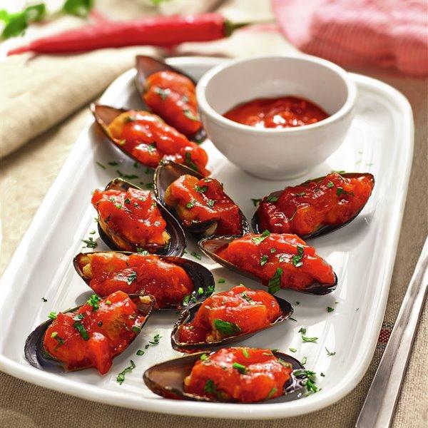 Mejillones a la marinera rellenos de salsa de tomate, cebolla y guindilla