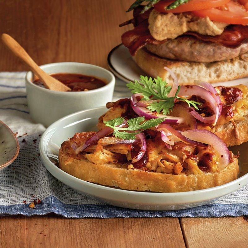 tostas_de_roastbeef_con_brie_y_champinones_de_burger_de_cerdo_con_humus_de_lentejas_y_de_pollo_con_salsa_barbacoa