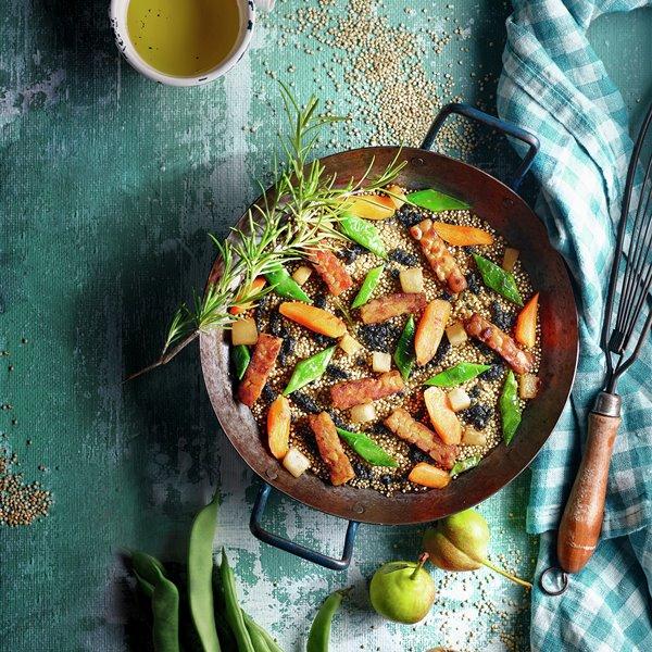 Quinoa al horno con verduras, tempeh y ajo negro