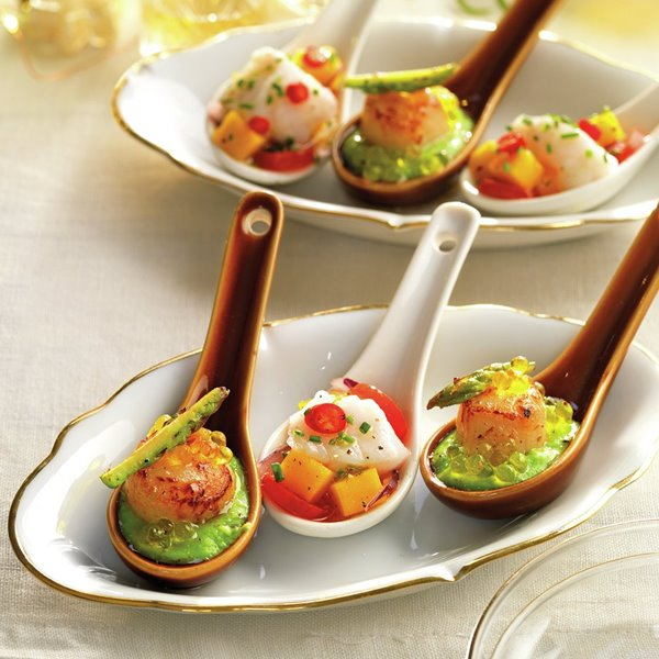 Cuchara de ceviche de rape con mango, tomate y cebolla roja