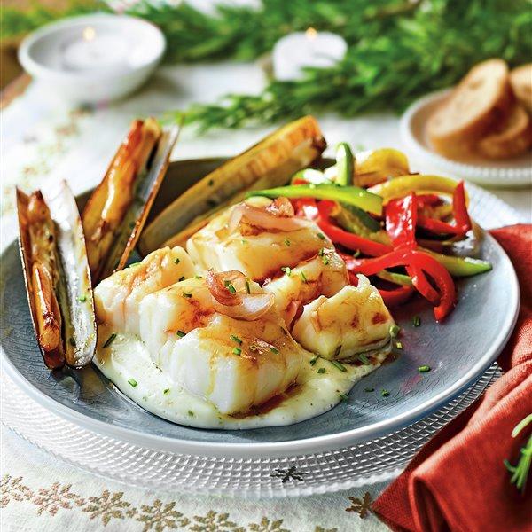 Bacalao al horno con salsa de cebolla, pimientos y navajas