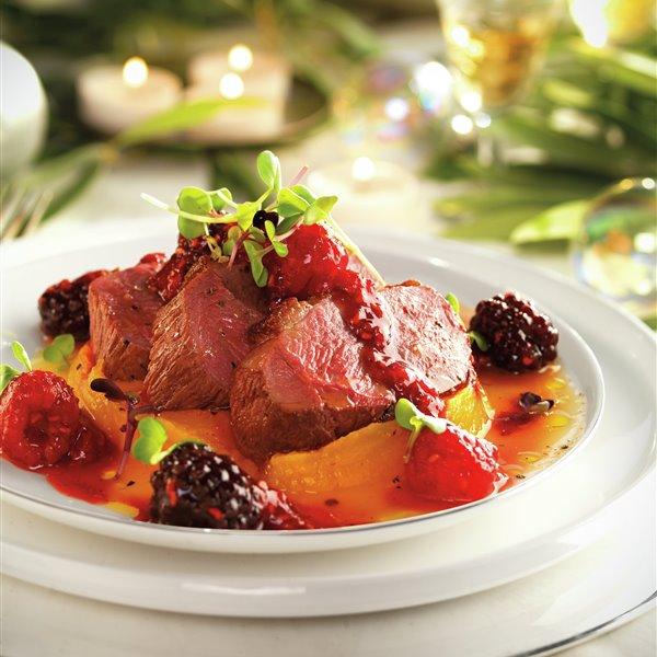 Magret de pato con calabaza y salsa de frutos rojos
