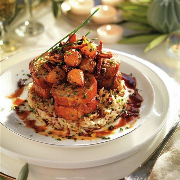 Solomillo de cerdo relleno laqueado, con salsa de setas y cebollas perla