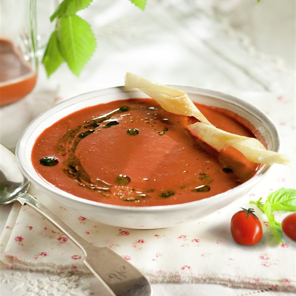 Sopa de tomates y frutas rojas