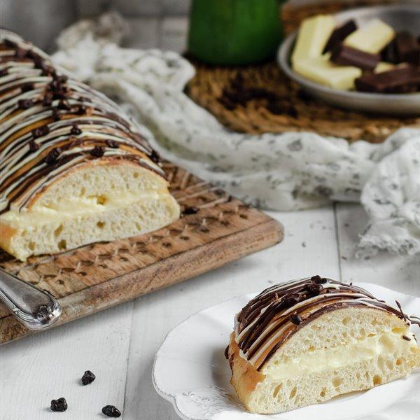 Coca de pan rellena de crema