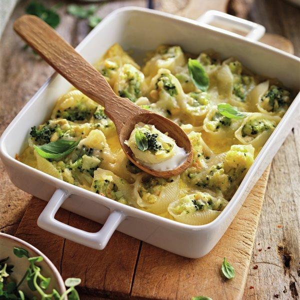 Conchas de pasta rellenas de pollo y brócoli con salsa de quesos