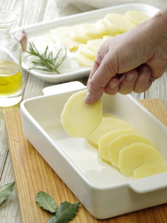 2. Coloca un lecho de patatas