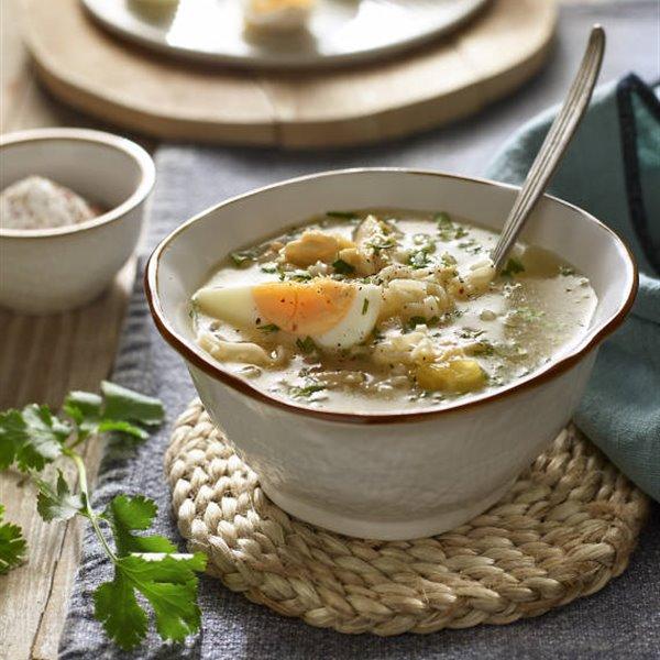 Sopa de pollo casera con fideos y huevo duro