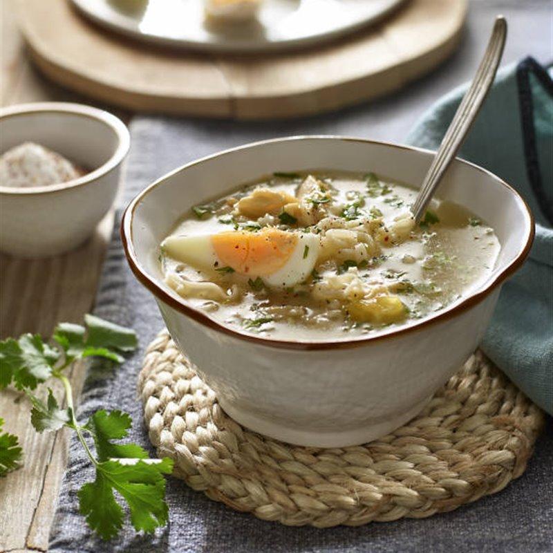 Caldo de pollo casero con fideos y huevo