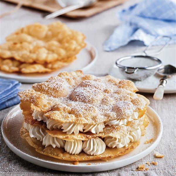 Milhojas de tortitas fritas con nata montada