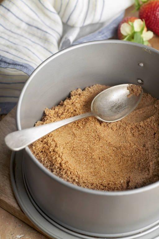 2. Compacta la base de la tarta