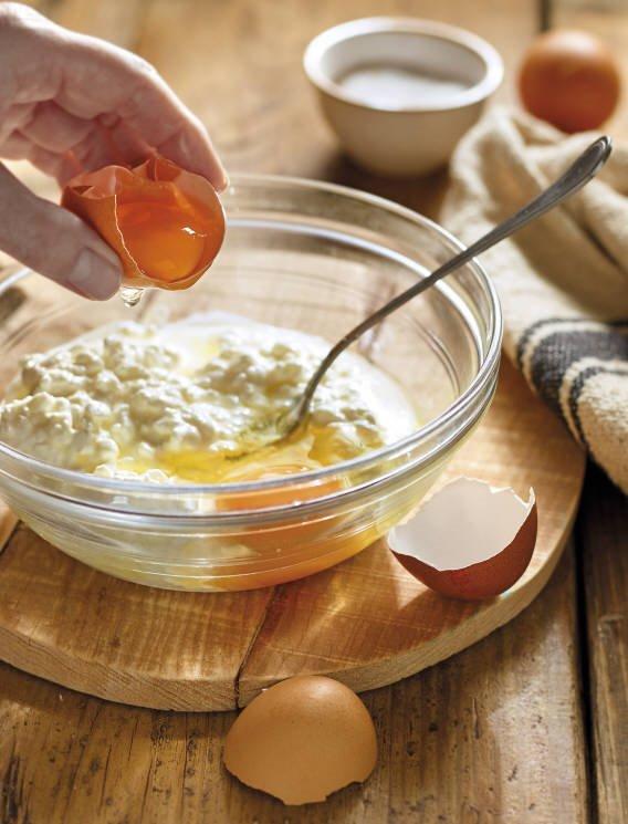 3. Mezcla el queso crema con los huevos