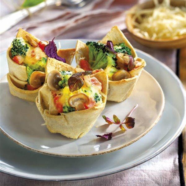 Tartaletas de pan de molde con crema de queso y verduras