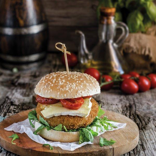 Hamburguesa de pollo crujiente con brie y tomates confitados