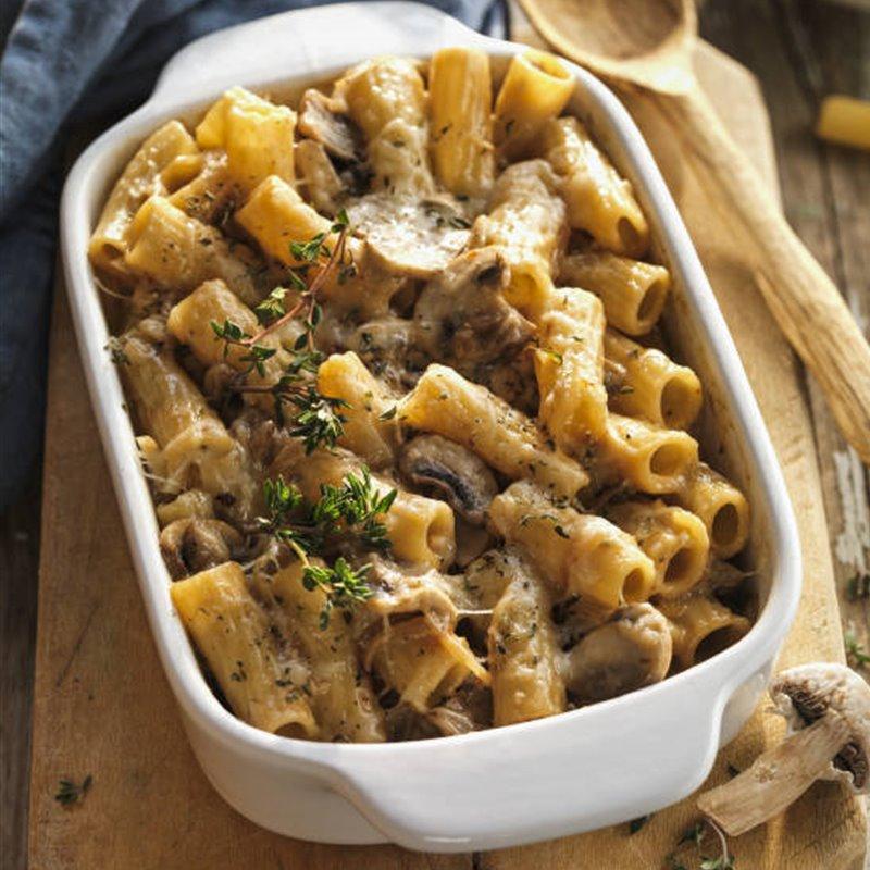 Pasta al horno con crema de cebolla, queso y champiñones