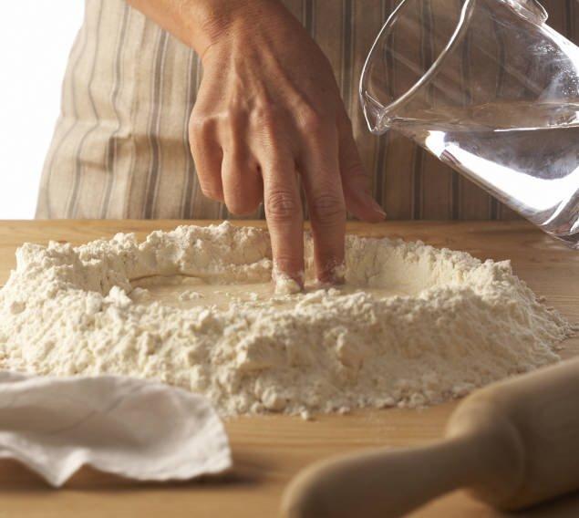 1. Echa agua sobre la harina