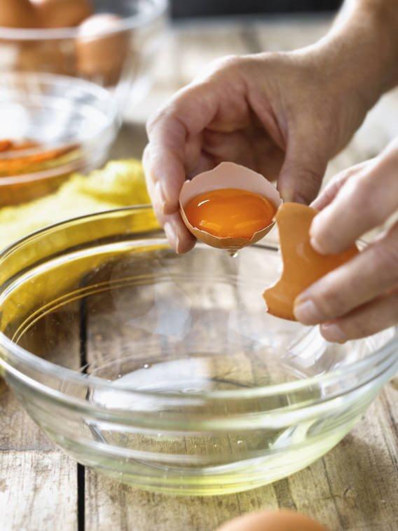 3. Incorpora los huevos en un bol