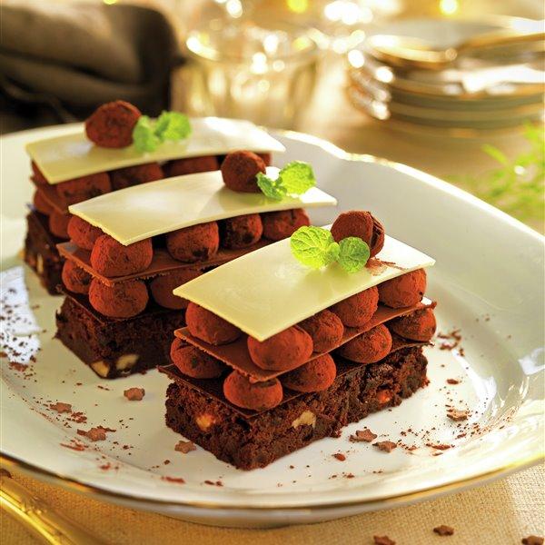 Milhojas de 3 chocolates con trufas y base de brownie