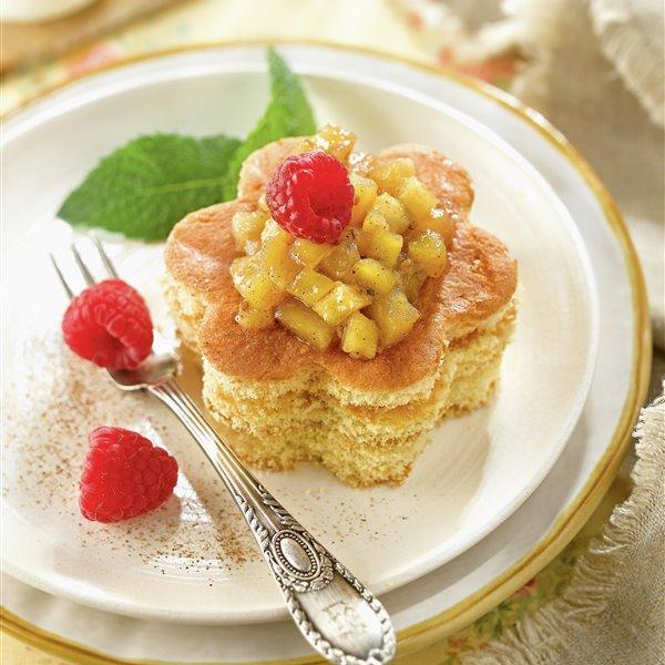Flores de bizcocho con manzana caramelizada