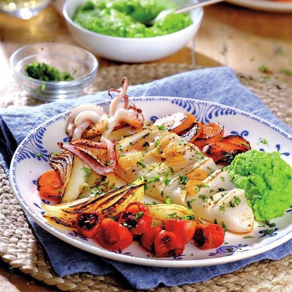 Calamares con verduras a la plancha y puré de guisantes