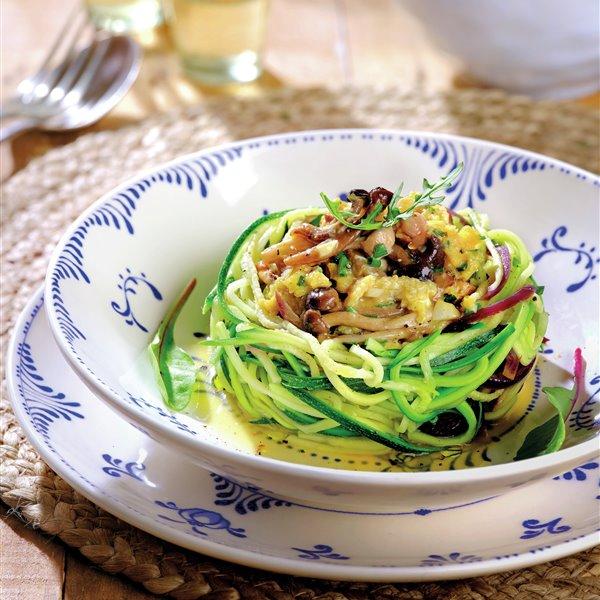 Nidos de espaguetis de calabacín con revuelto de setas