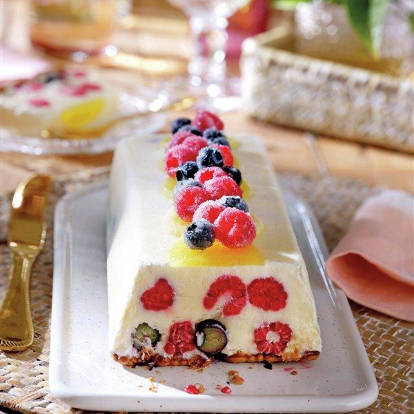 Tarta helada de piña, yogur y frutos rojos