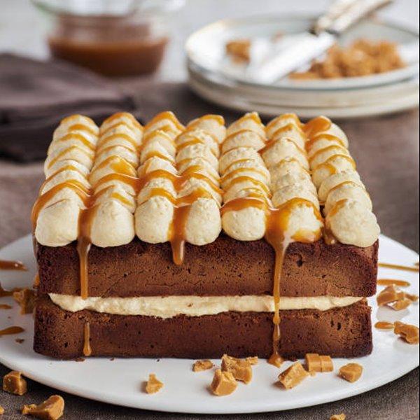 Pastel de bizcocho de chocolate relleno de crema de tofe