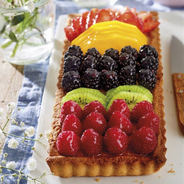Tartaleta de frutas rellena de crema de almendras