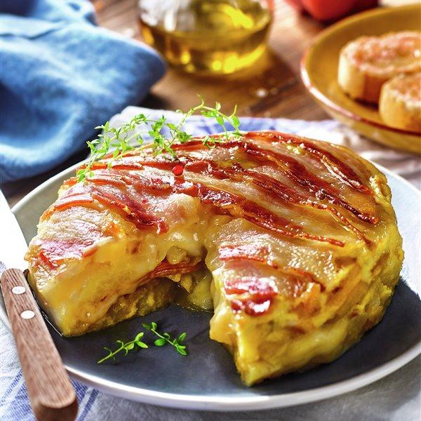 Tortilla de patatas, beicon, jamón y queso