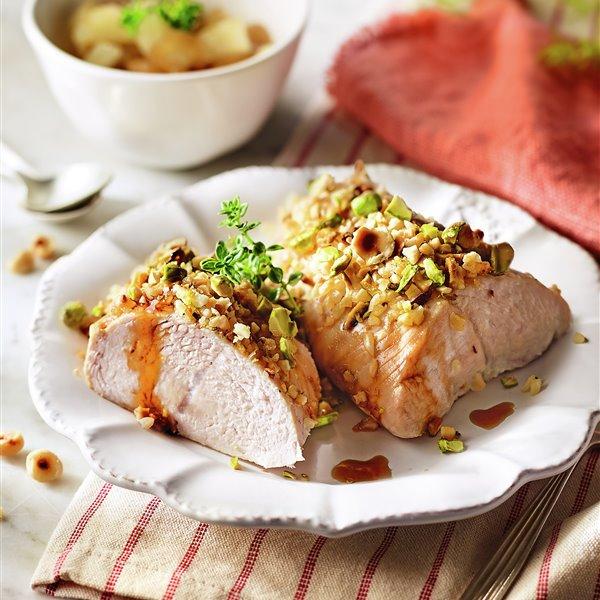 Pollo al horno con frutos secos y compota de pera