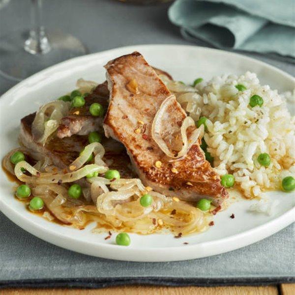 Atún encebollado con arroz y guisantes