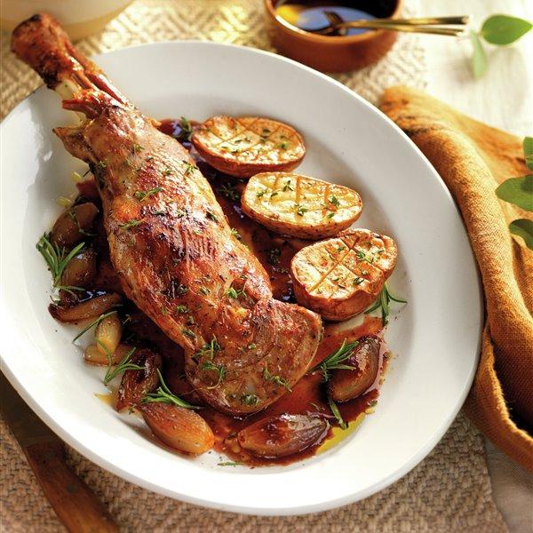 Paletilla de cordero al horno con escalonias y patatas