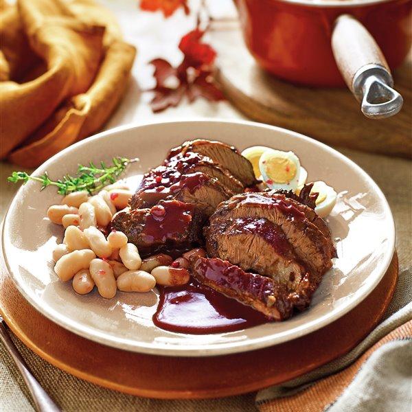 Carrilleras de cerdo guisadas al vino, con alubias y huevo duro