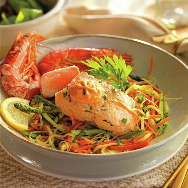 Salmón con gambones y verduras, en papillote