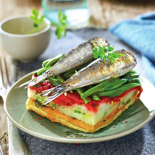 Timbal de sardinas con hojaldre, patatas y piquillos