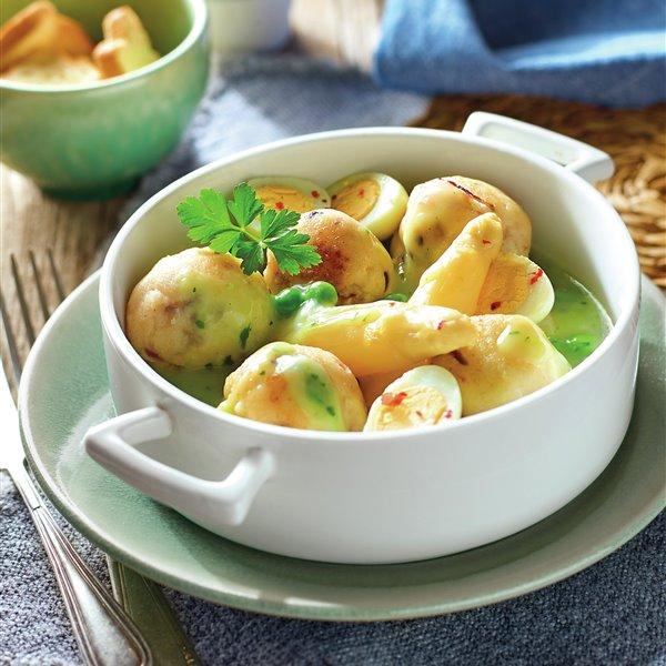 Albóndigas de cazón en salsa verde con espárragos y huevo duro