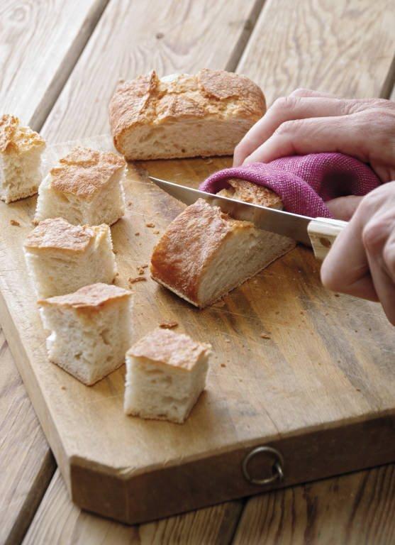 Cortando barra de pan
