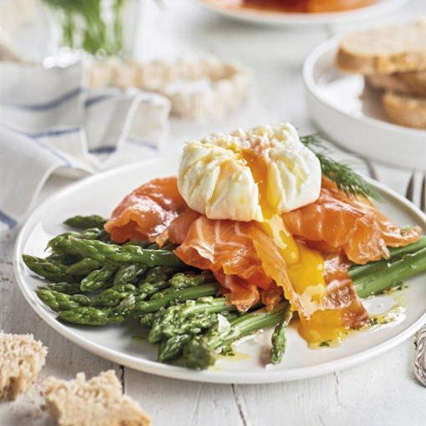 Espárragos verdes con salmón y huevo poché