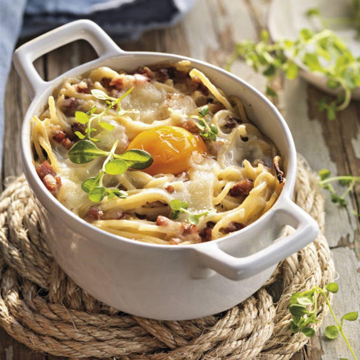 Espaguetis al horno con beicon y huevo
