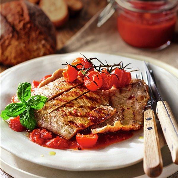 Secreto con salsa de tomate cherry y albahaca