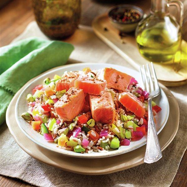 Salteado de arroz salvaje con verduras y salmón