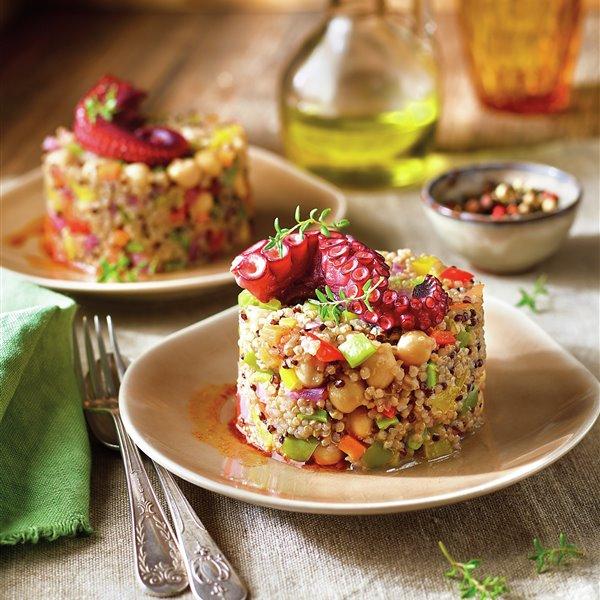 Timbal de quinoa, verduras, garbanzos y pulpo