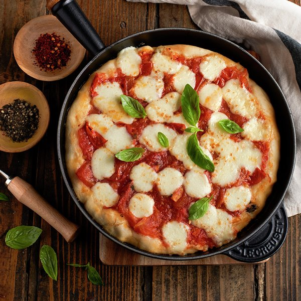Pizza margarita en sartén