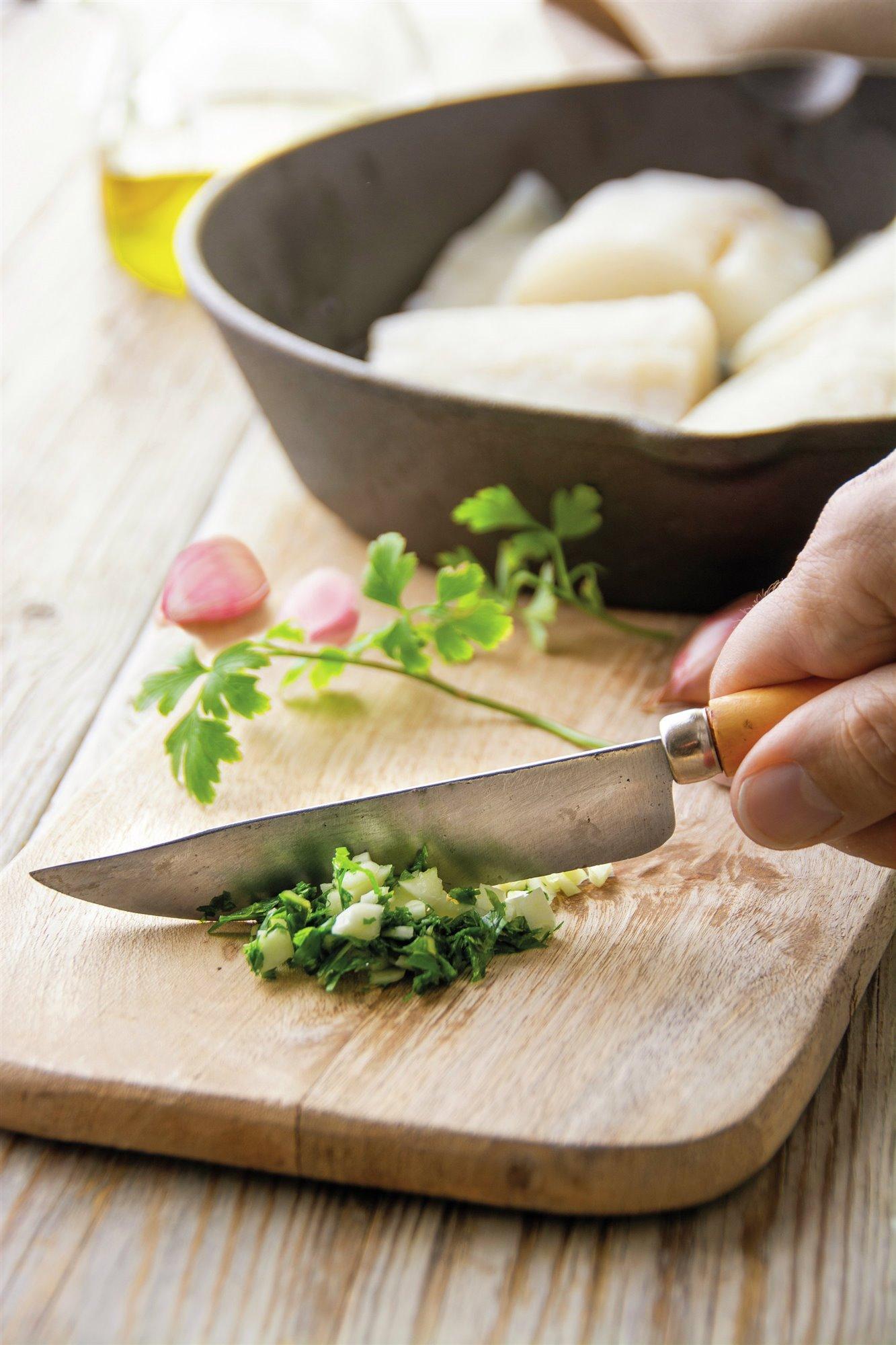 3. Pica los ajos