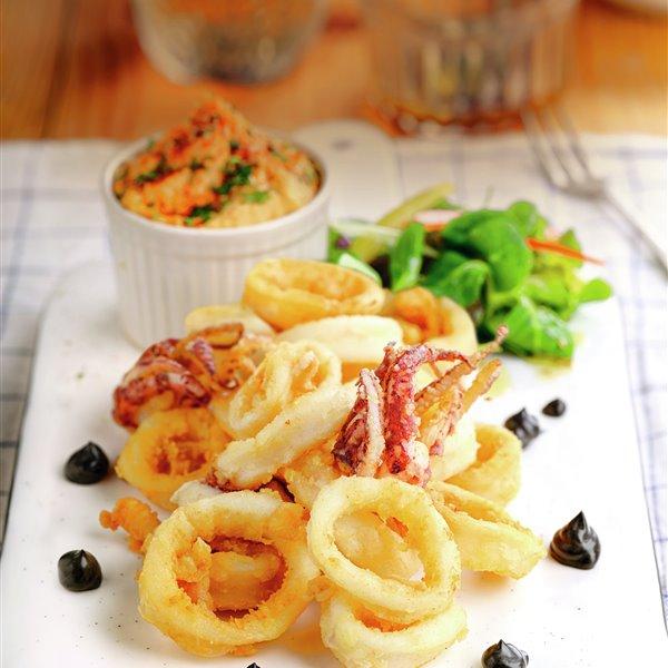 Calamares rebozados con hummus de pimientos