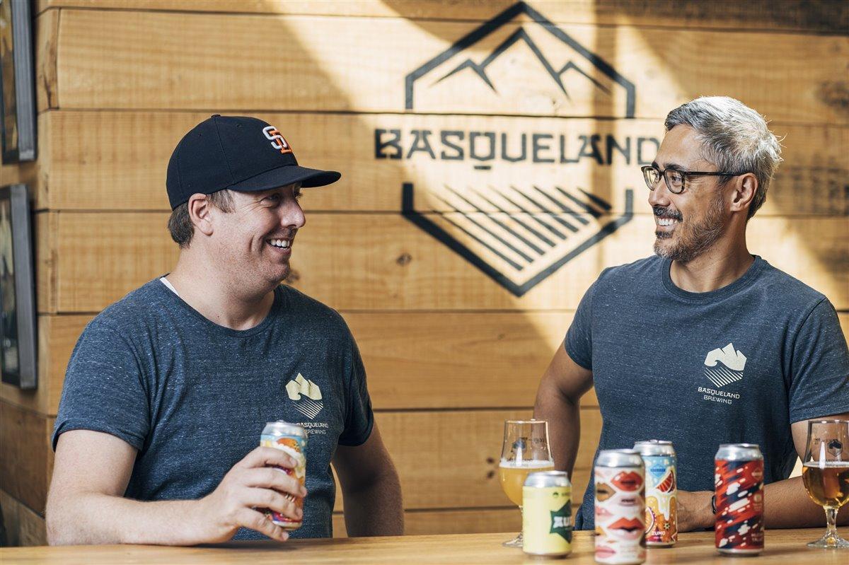 Los fundadores de Basqueland, Kevin Patricio y Ben Rozzi. En la imagen de cabecera: el maestro cervecero Óscar Sáenz.