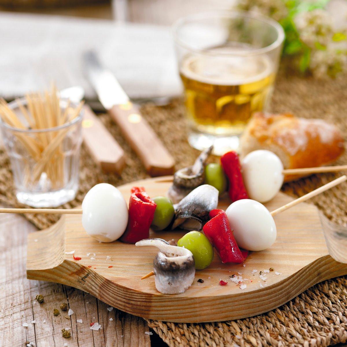 Brochetas con boquerones, huevos de codorniz, pimiento y olivas