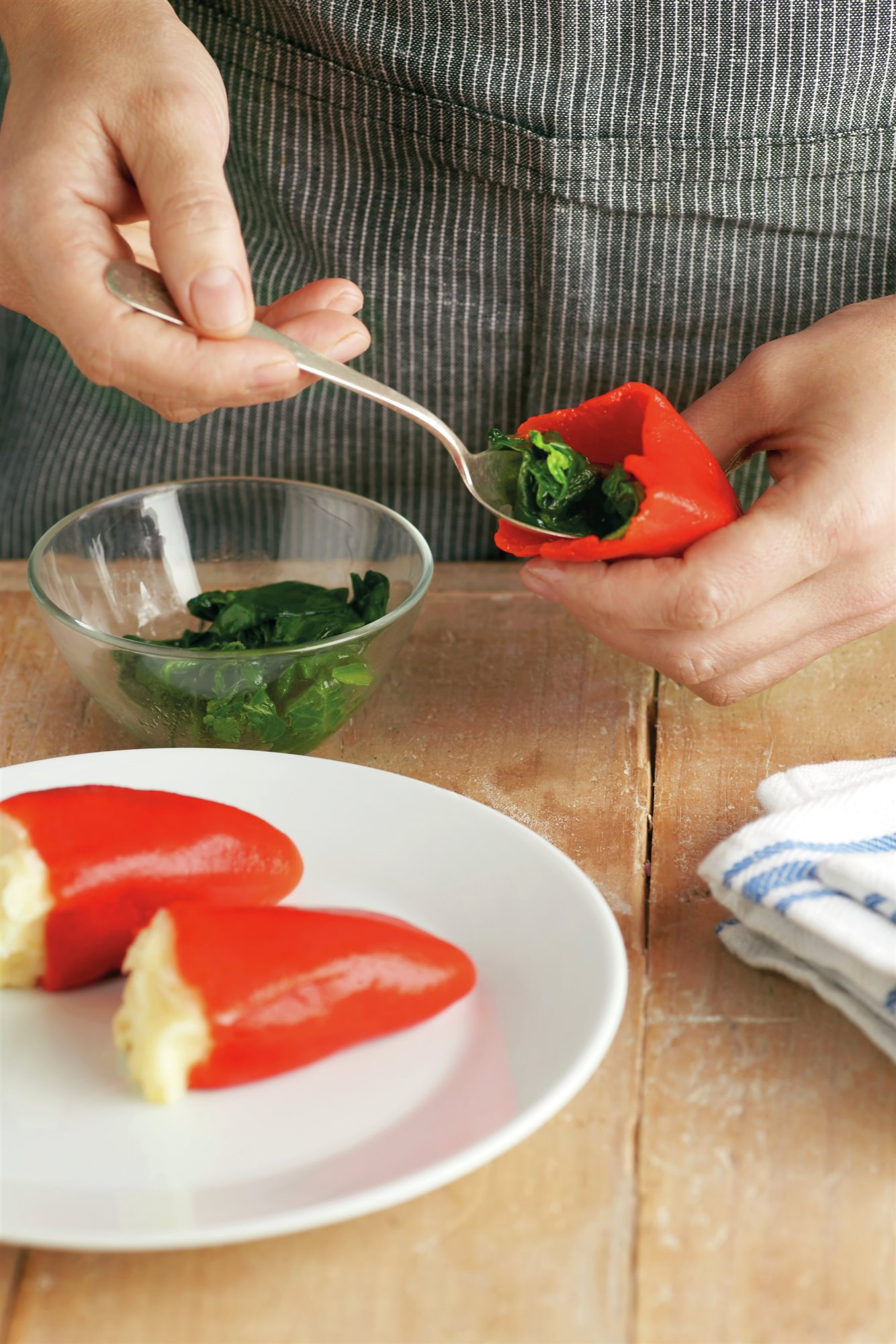 6. Rellena los piquillos y cuece